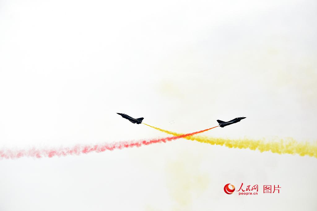 中国空军八一飞行表演队六架歼-10战机进行了精彩的飞行表演,展示了空中开花、两机对飞等特技动作。人民网记者 翁奇羽摄