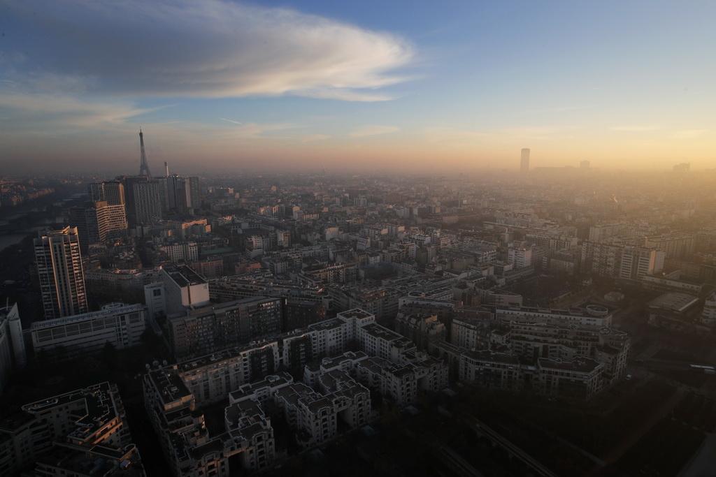 12月6日拍摄的空气污染的法国巴黎市区。 新华社/美联