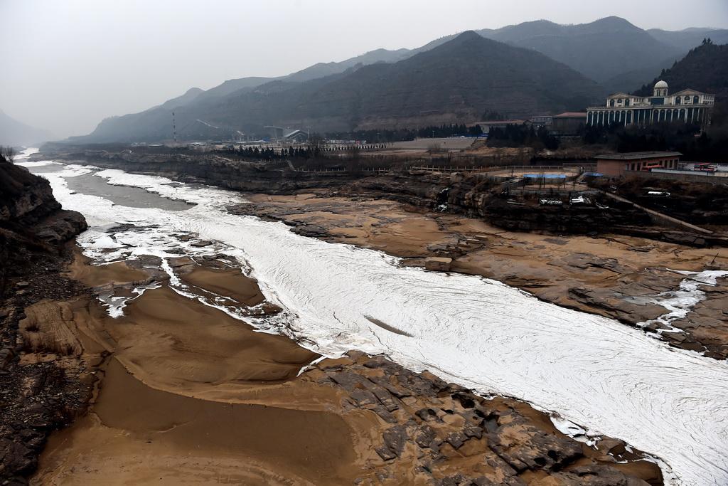 1月5日在山西省吉县拍摄的黄河冻结的冰带. 新华社记者詹彦摄