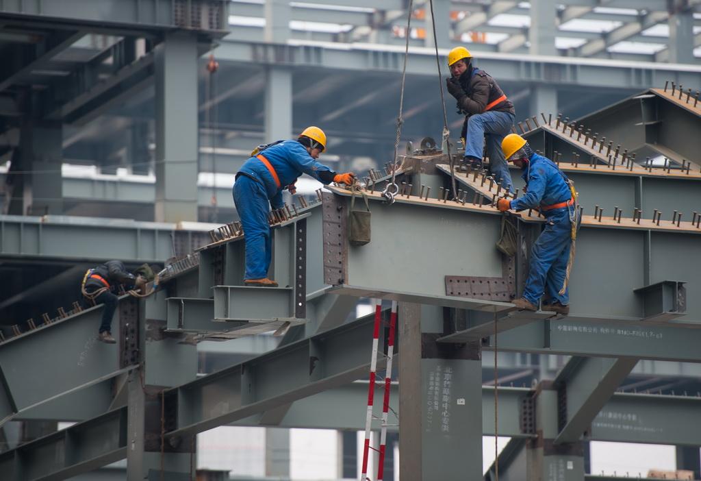 工人们在北京城市副中心b1,b2项目建设现场吊装钢结构(1月26日摄).
