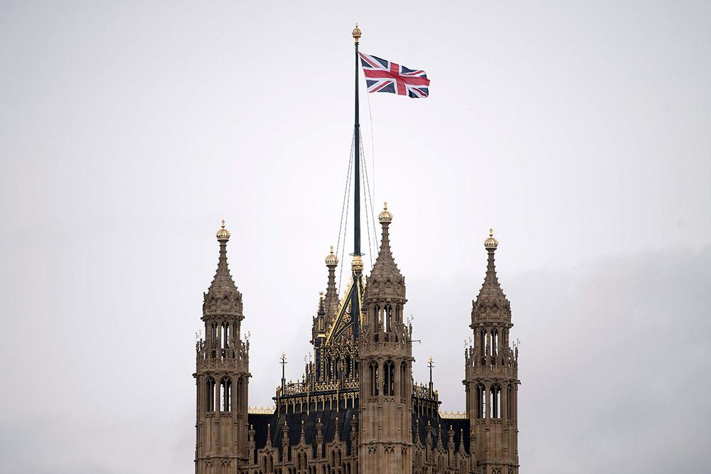 3月1日,在英国伦敦,英国国旗在国会大厦上方飘扬.