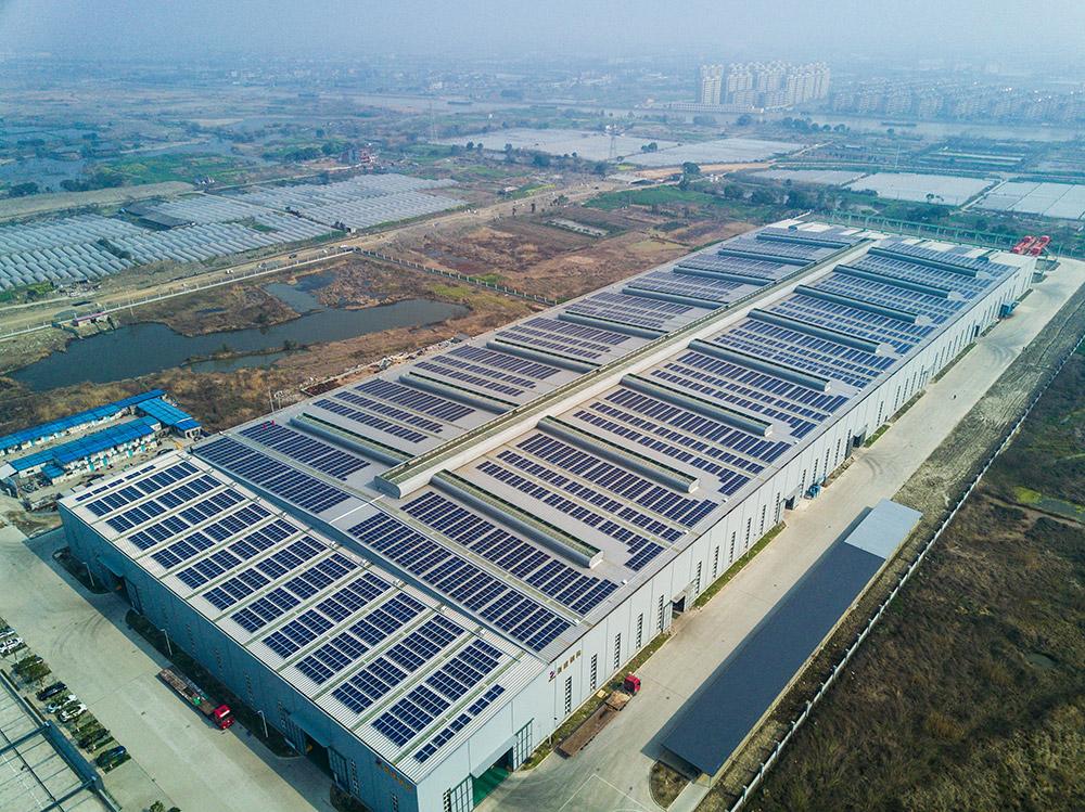 空中俯瞰德清县临杭工业园区浙建钢结构光伏发电项目(3月8日摄).