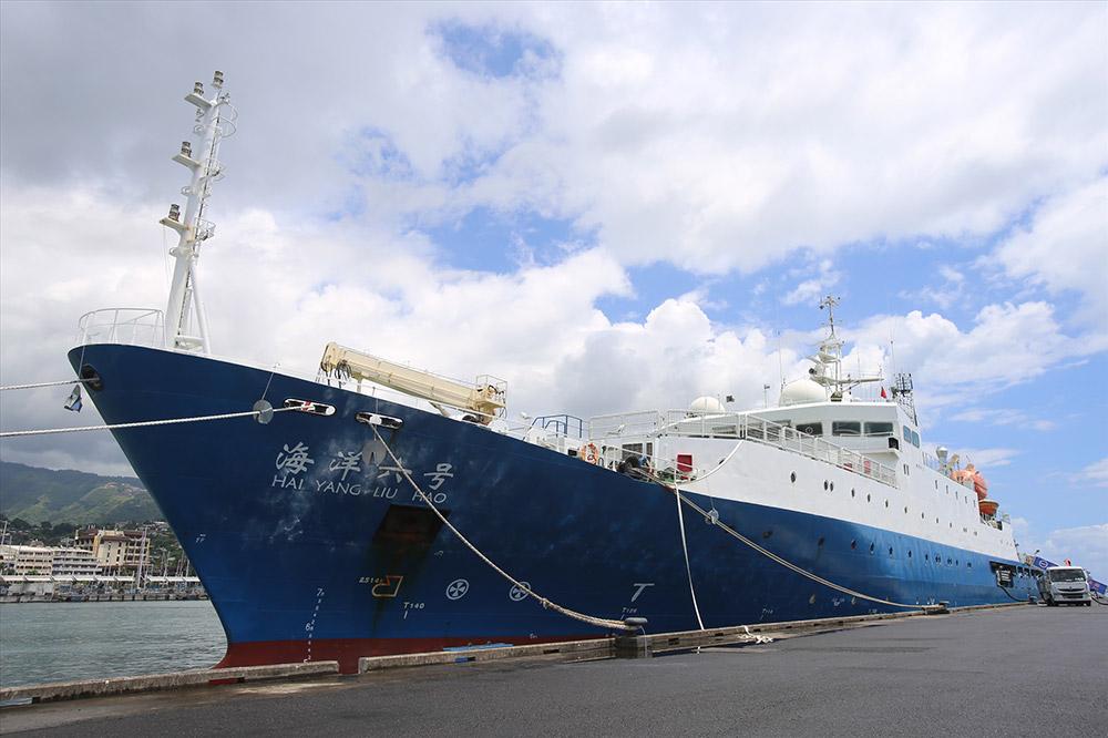 """""""海洋六号""""安全靠泊帕皮提港客轮码头(3月14日摄)。"""