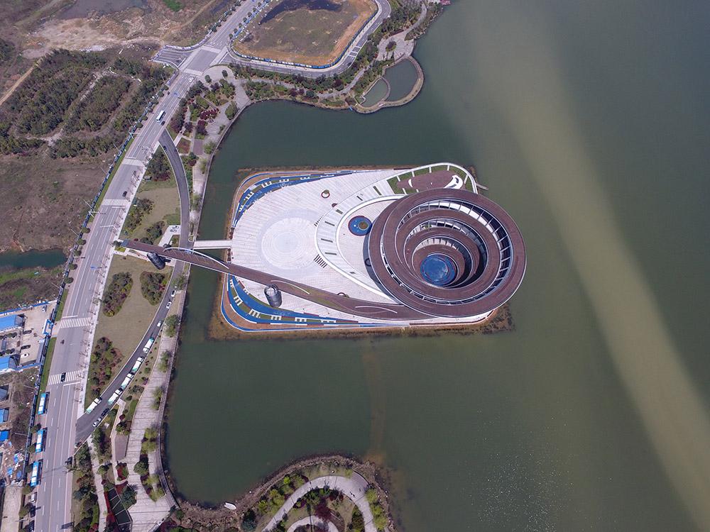 空中俯瞰长沙梅溪湖城市岛双螺旋观景平台全景(3月27日摄).