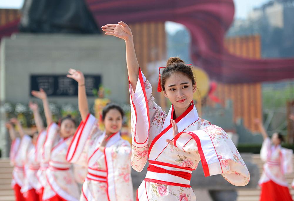 3月31日,祭祀人员在活动现场进行舞蹈表演。