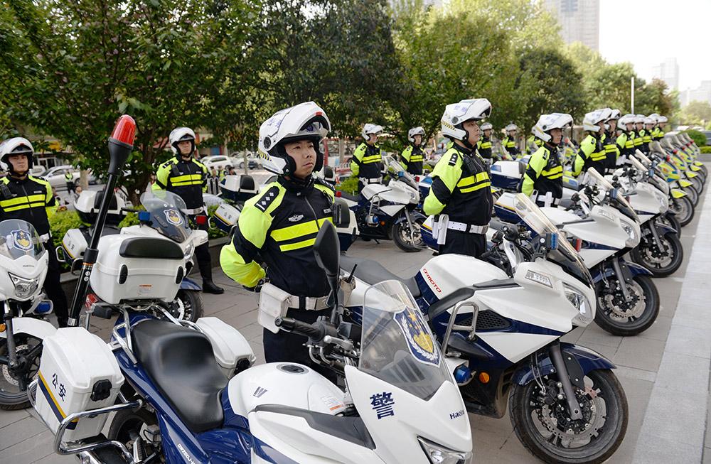 未来将在西安市实现由110名交警组成的摩托车执法队伍.西安交警
