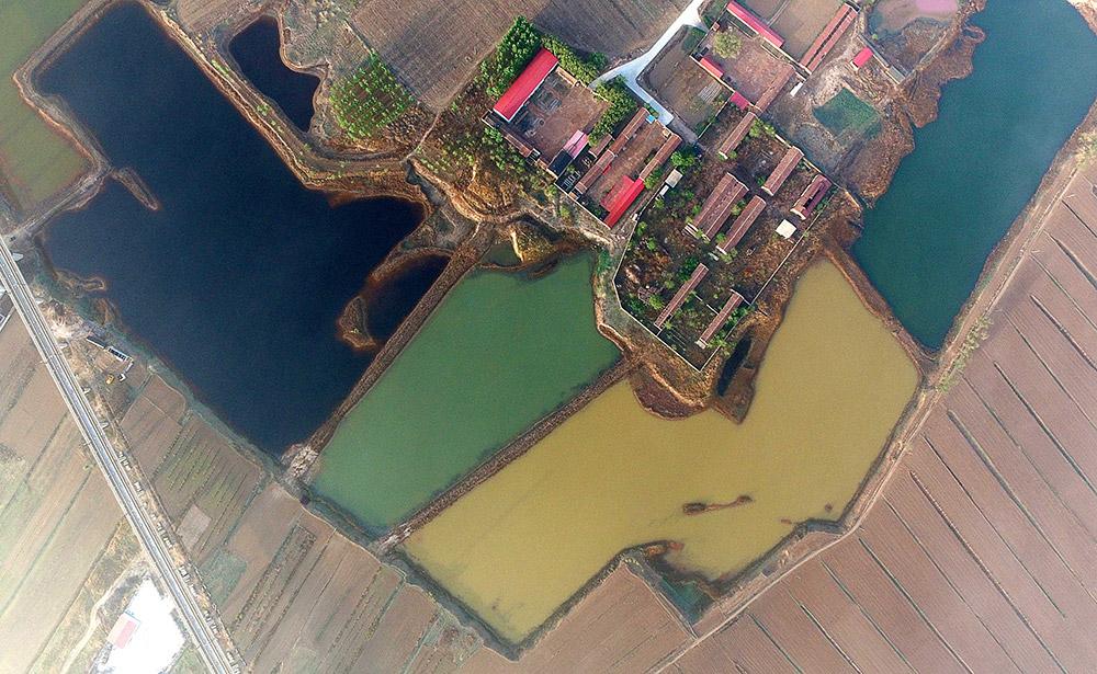 天津市静海区佟家庄村附近渗坑中的污水呈现不同颜色(4月20日摄)。