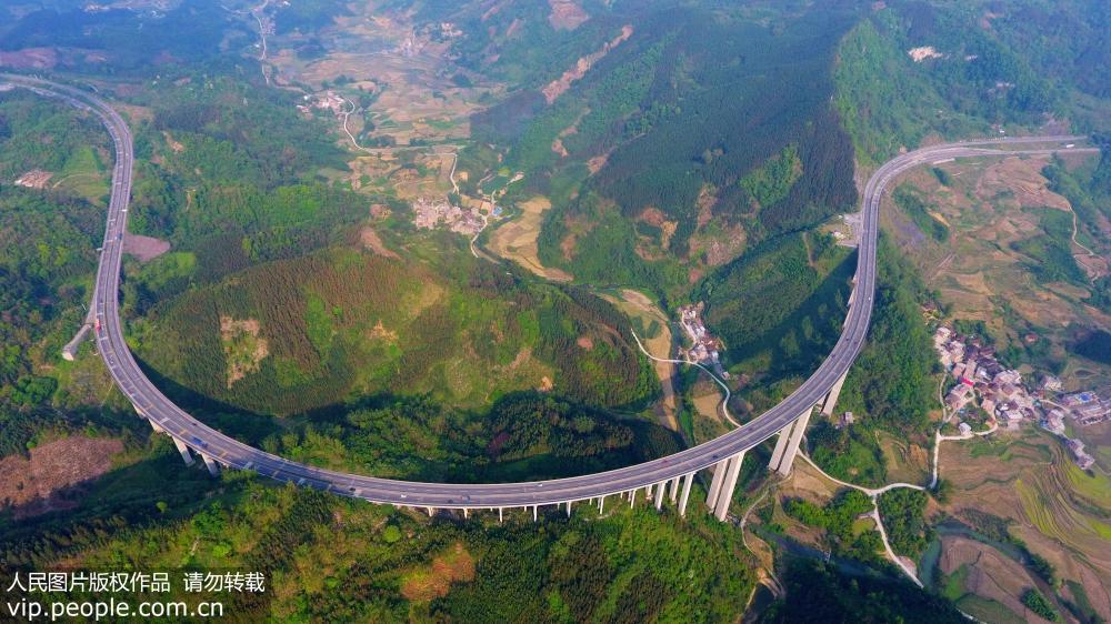 5月1日航拍的兰海高速公路广西境内的拉会大桥宛如一道彩虹.