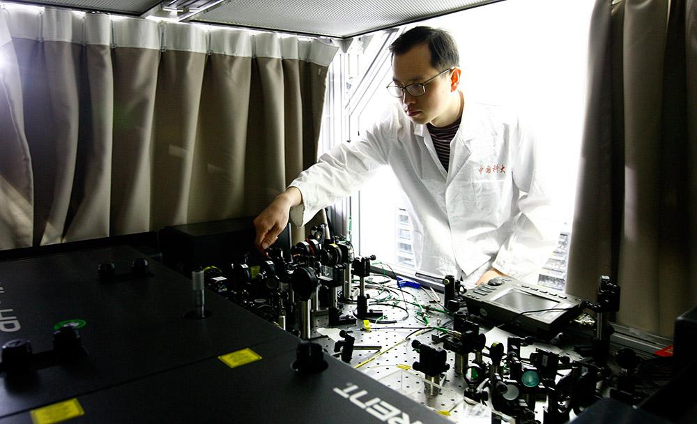 5月3日,一名科研人员在中科院量子信息和量子科技创新研究院上海实验室内调整操作台上的激光干扰器。