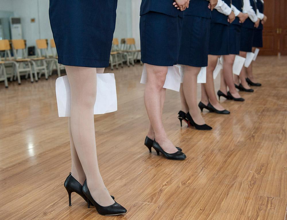 5月4日,石家庄工程职业学院,空中乘务专业学生双膝夹纸进行形体训练.