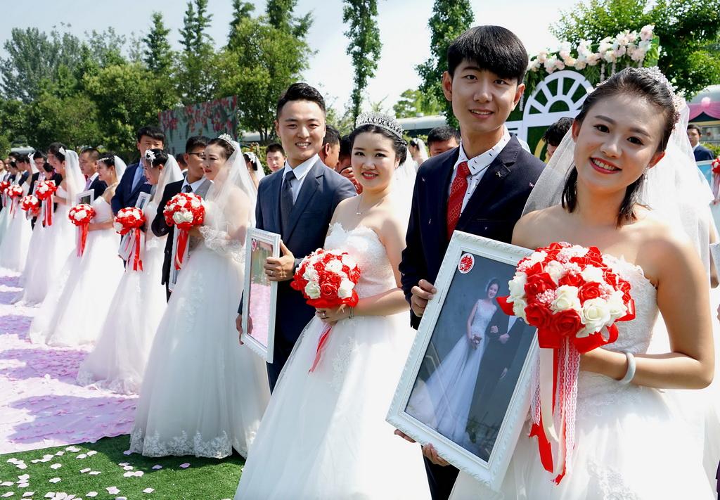 场景中,46对新人喊出爱的誓言,步入婚姻殿堂.-郑州铁路职工举行