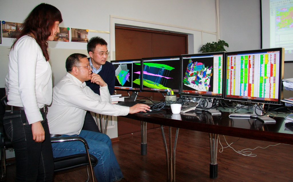 科学家黄大年(中)带领科研团队成员研究问题(2010年11月22日摄)。新华社发