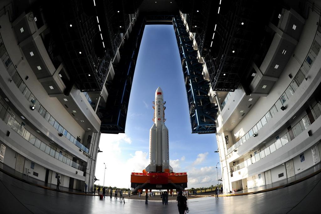 处于转场过程中的长征五号运载火箭(2016年10月28日摄)。新华社发(孙浩 摄)