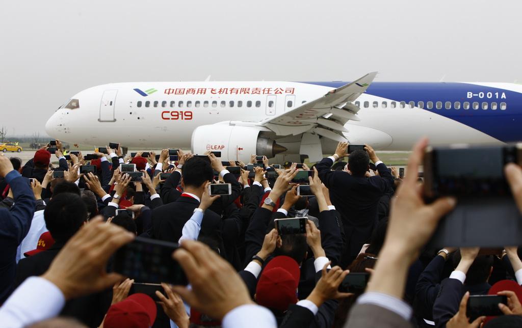 C919客机完成首飞,在上海浦东国际机场着陆后在跑道上滑行(2017年5月5日摄)。 新华社记者 方喆 摄