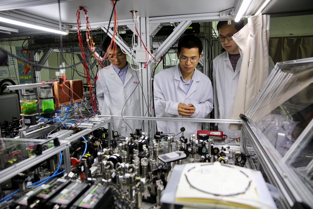 中国科学技术大学师生在中科院量子信息和量子科技创新研究院上海实验室检查光量子计算机的运行情况(2017年5月3日摄)。 新华社记者 金立旺 摄