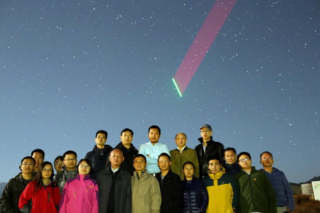 """世界首颗量子科学实验卫星""""墨子号""""与南山站建立链路时,工作人员合影留念(资料照片)。 新华社发(中科院提供)"""