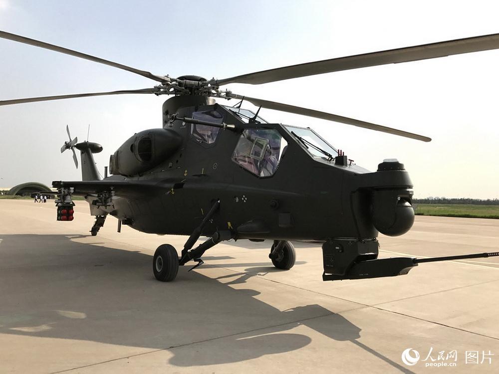 9月11日,中国陆军一架直-10型武装直升机停放在第四届直博会现场。   摄影:李蓉
