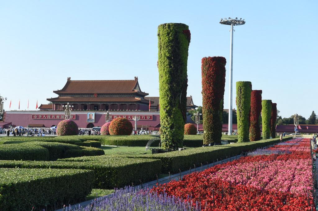 9月17日,天安门广场两侧绿地的花柱、花球及花带已经基本完工。 新华社记者罗晓光摄