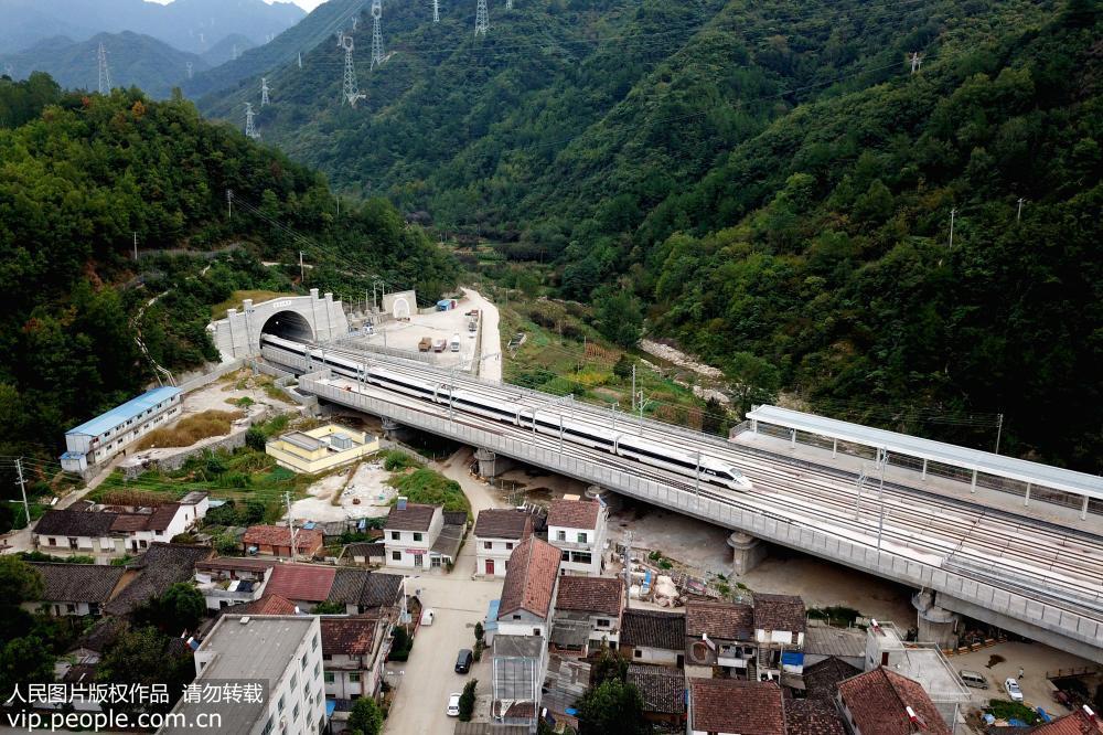 俯瞰首条穿越秦岭高铁——西成高铁陕西段
