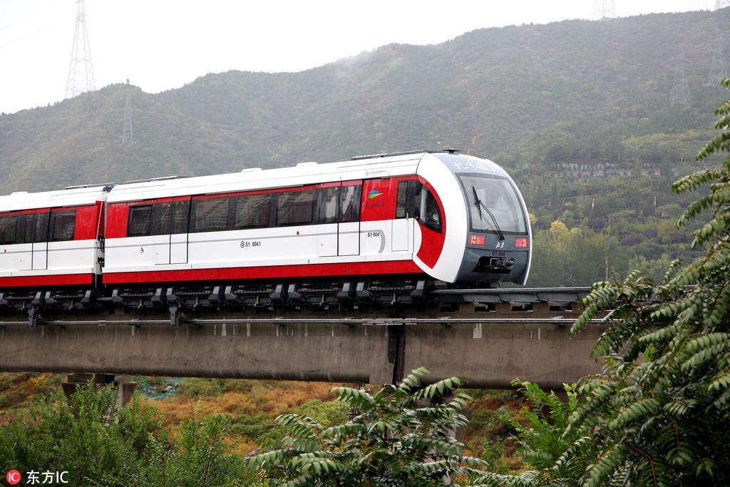 北京磁悬浮S1线雨中试运营全长10.2公里