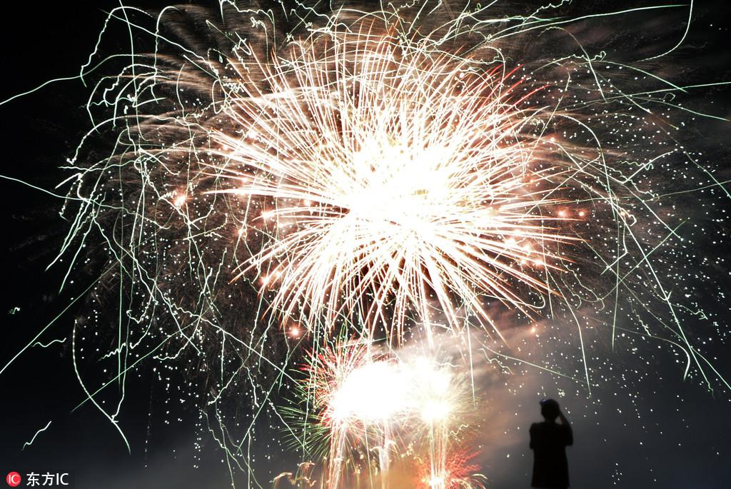 美国阿尔伯克基举办国际热气球节02烟花四射照亮夜空