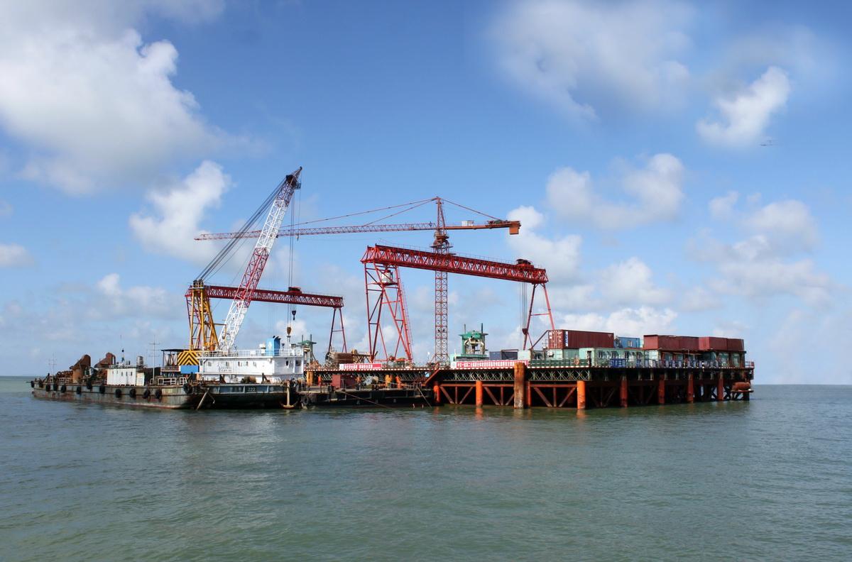 域,举世瞩目的超级工程港珠澳大桥书写着中国桥梁工程的史诗.这