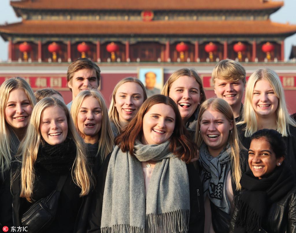 中外游客纷纷在天安门广场拍照留影