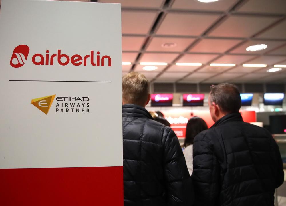 在德国慕尼黑施特劳斯机场,柏林航空公司最后一班飞机的乘客等候值机.