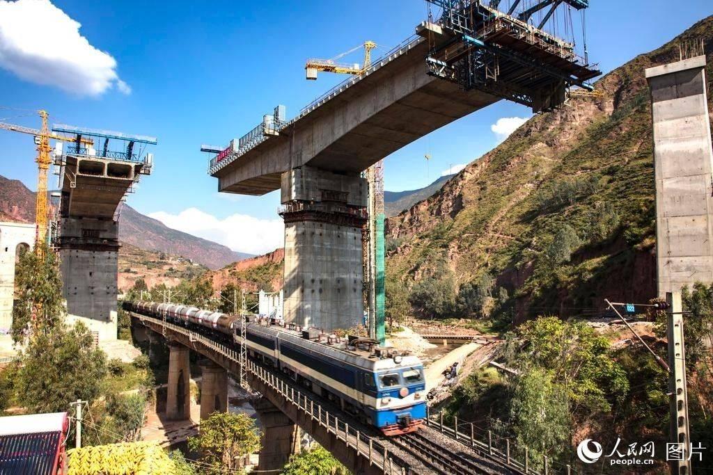 新建成昆铁路成功实现大桥墩中转体