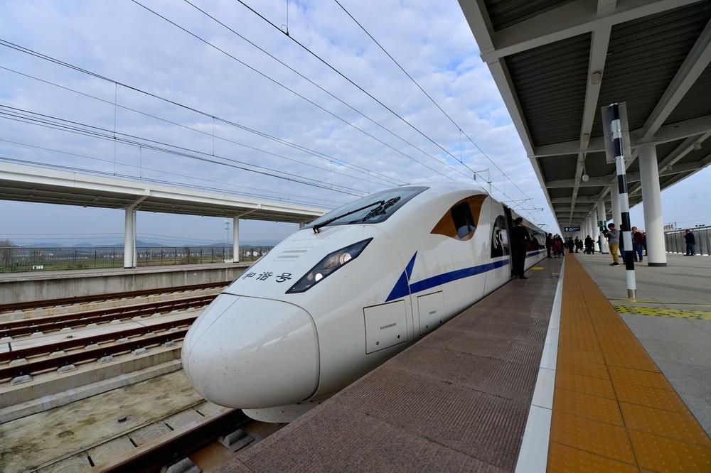 11月13日,西安北站至江油站的55601次动车组试验列车到达洋县西站。 新华社发(唐振江 摄)