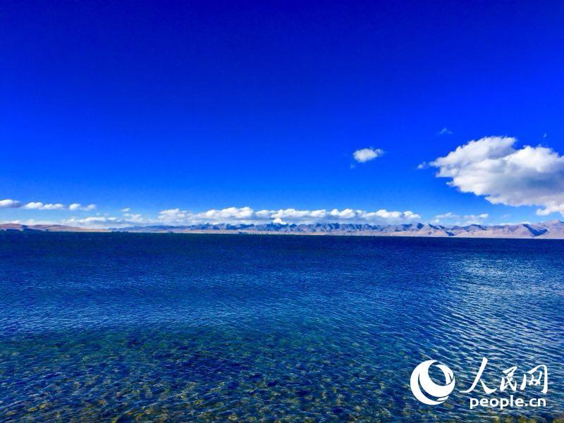 """玛旁雍措(是中国蓄水量第二大的天然淡水湖、湖水透明度最大的淡水湖,藏地所称三大""""神湖""""之一。它也是亚洲四大河流的发源地。)"""