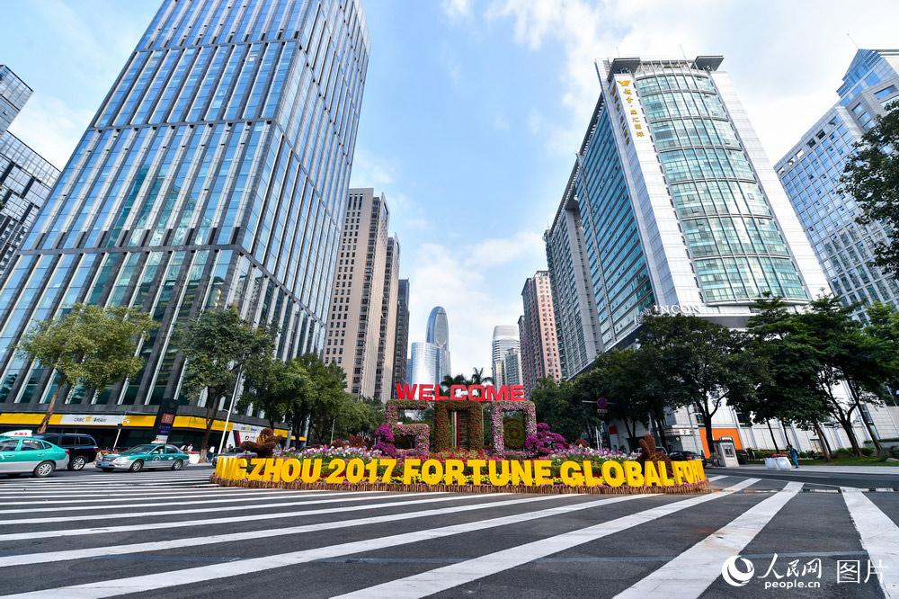 12月5日,广州街头迎接《财富》全球论坛召开的花卉雕塑。人民网 翁奇羽/摄