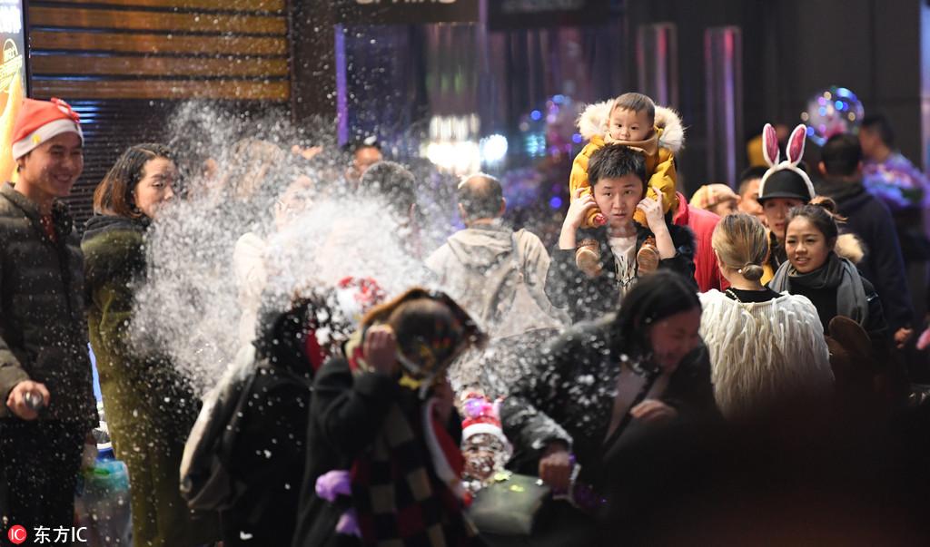 贵阳数十万民众平安夜喷雪大战狂欢 街头上演巨大PARTY