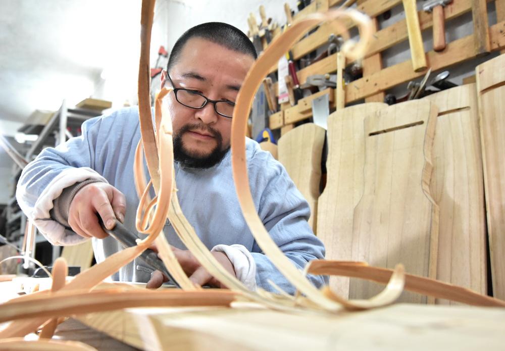 1月7日,王兵在古琴制作作坊里制作古琴。