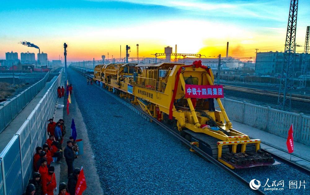 内蒙古连接东北地区首条高铁开始铺轨