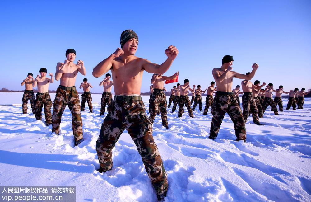 边防官兵零下30℃赤膊耐寒训练场面震撼【2】