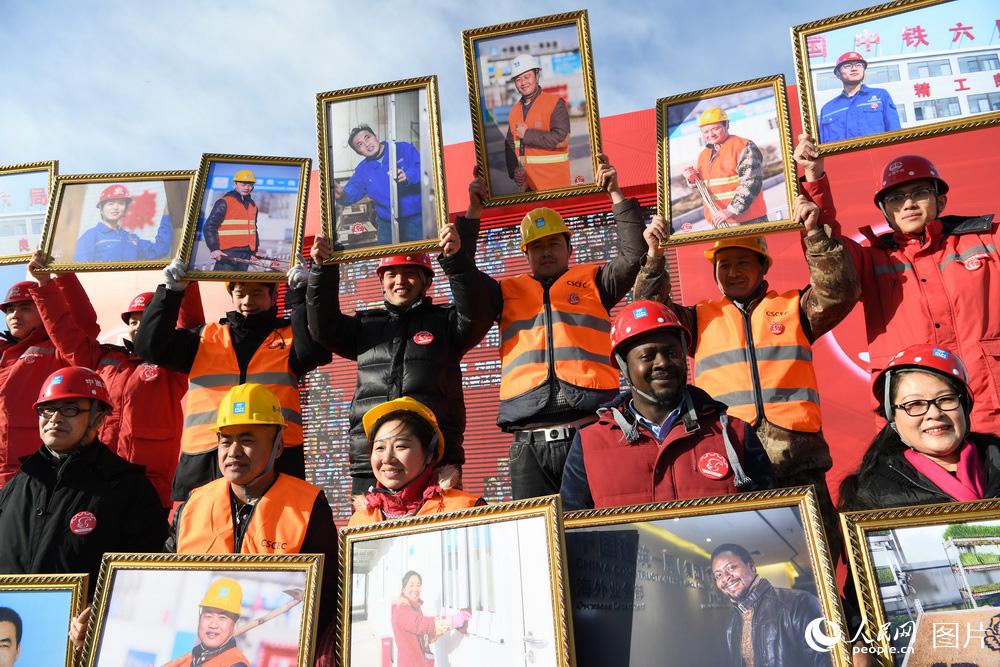 """把微笑带回家,北京千名劳动者获赠新年""""笑脸""""照。(徐烨/摄)"""