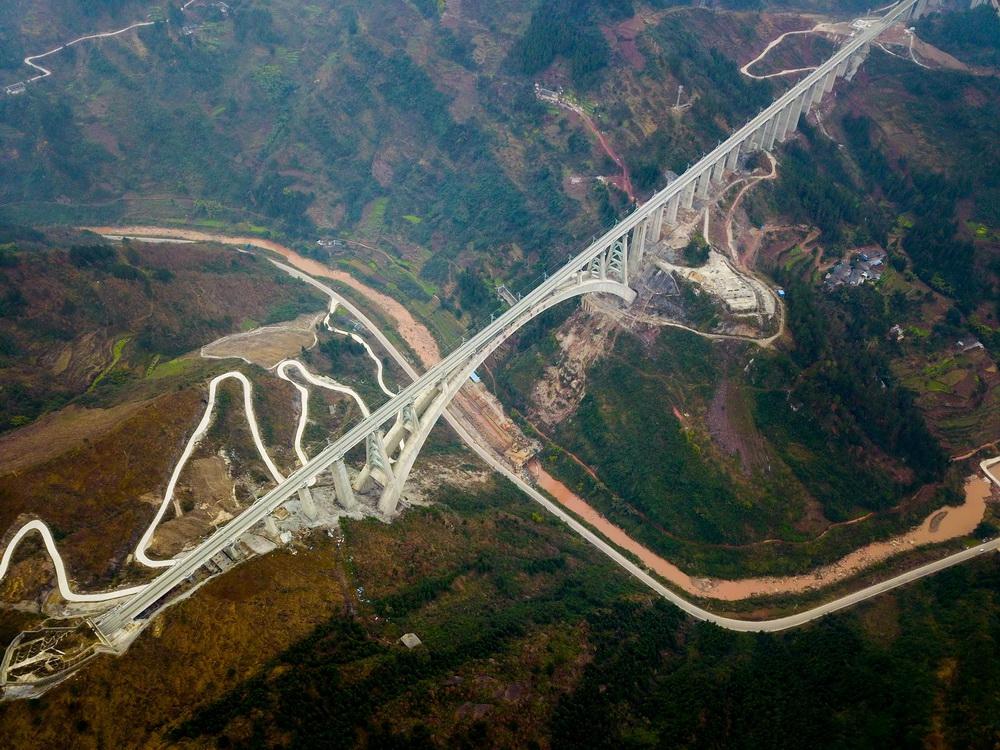 1月11日,一列动车组测试列车驶过夜郎河大桥。