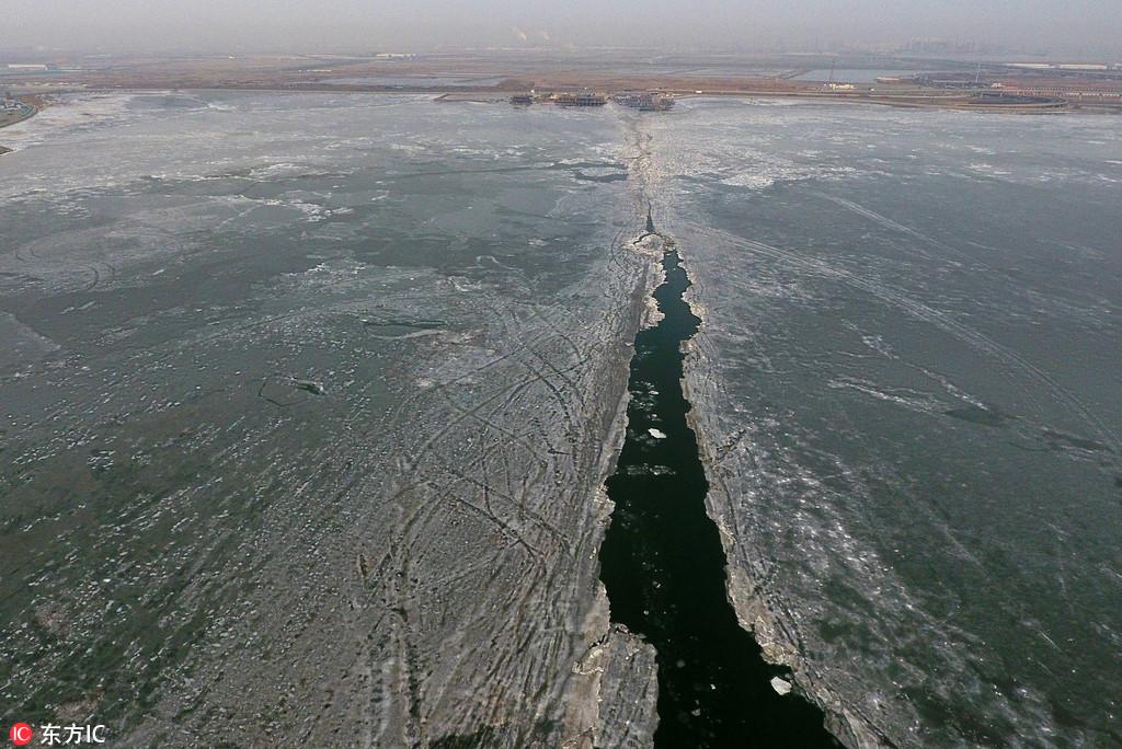 2018年1月15日,受近期冷空气影响,天津渤海湾气温进一步降低,受持续降温影响,根据海洋站观测和2018年1月12日卫星遥感监测,辽东湾浮冰范围35海里;渤海湾浮冰范围2海里;莱州湾浮冰范围4海里;黄海北部浮冰范围11海里。 预计:未来一周渤海及黄海北部冰情将略有发展:辽东湾最大浮冰范围35-45海里,一般冰厚5-15厘米,最大冰厚25厘米;渤海湾和莱州湾最大浮冰范围5海里左右,一般冰厚5厘米,最大10厘米;黄海北部最大浮冰范围5-15海里,一般冰厚5-10厘米,最大冰厚15厘米。图为1月15日,记者航