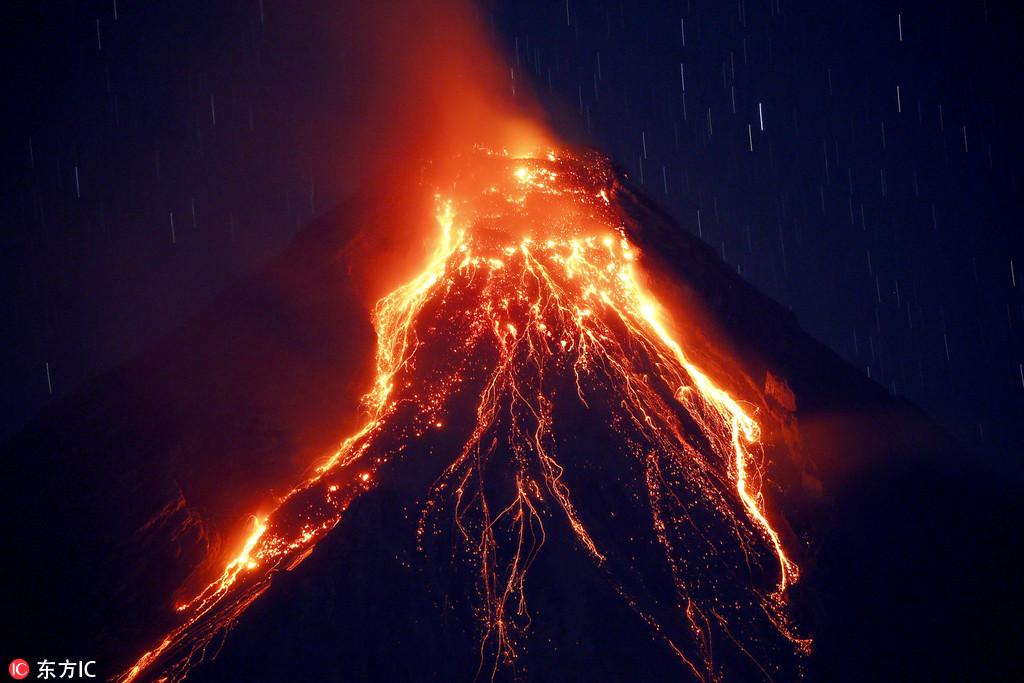 菲律宾马荣火山持续喷发 岩浆喷射场面震撼