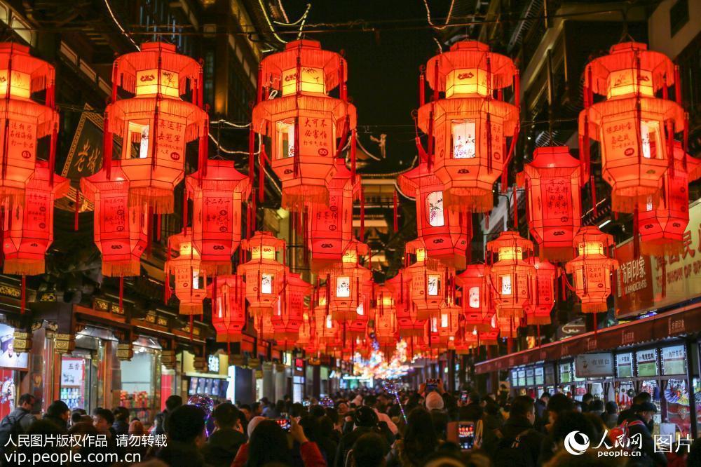 """上海豫园灯会人气旺 游客""""挤爆""""九曲桥【9】"""
