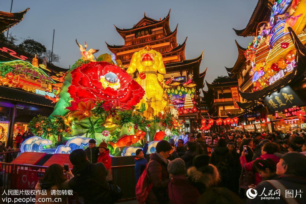 """上海豫园灯会人气旺 游客""""挤爆""""九曲桥"""