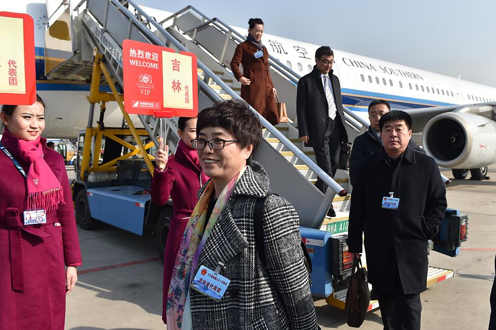 3月2日上午,来自吉林省的全国人大代表乘坐CZ6145航班抵达北京。(人民网记者翁奇羽摄)1