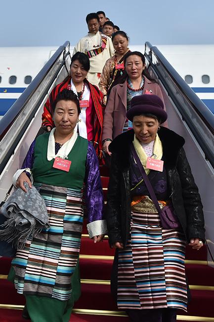 3月2日上午,来自西藏自治区的全国人大代表乘坐CA4113航班抵达北京。(人民网记者翁奇羽摄)1