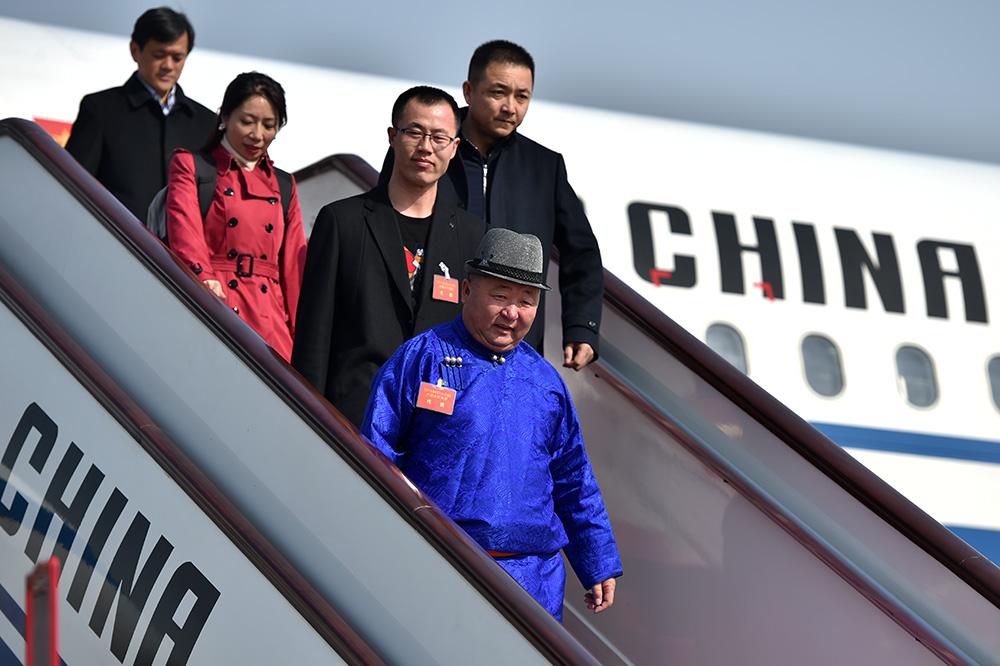 3月2日上午,来自内蒙古自治区的全国人大代表乘坐CA9682航班抵达北京。(人民网记者翁奇羽摄)
