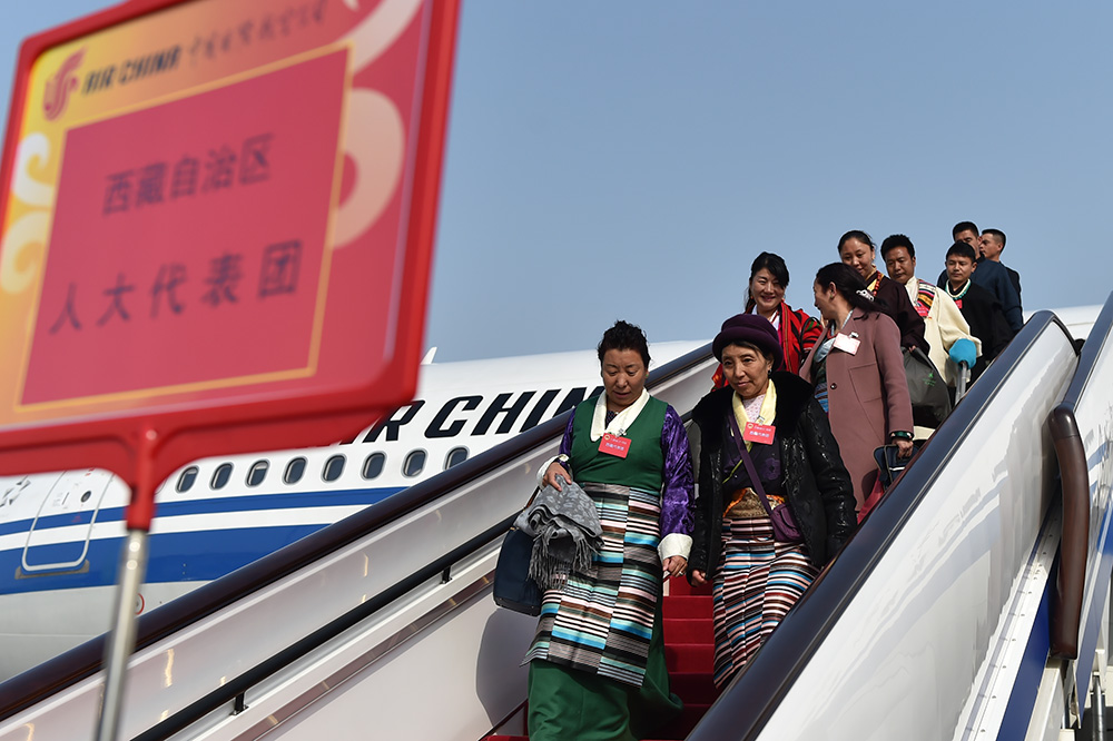 3月2日上午,来自西藏自治区的全国人大代表乘坐CA4113航班抵达北京。(人民网记者翁奇羽摄)
