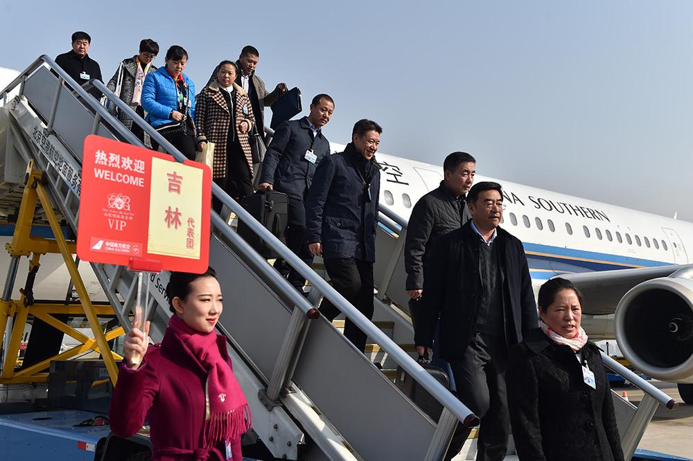 3月2日上午,来自吉林省的全国人大代表乘坐CZ6145航班抵达北京。(人民网记者翁奇羽摄)
