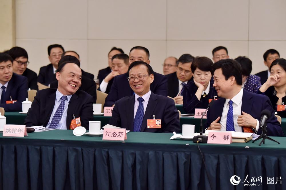 3月6日,在山东代表团全体会议上,代表们热议政府工作报告。(人民网记者 翁奇羽 摄)