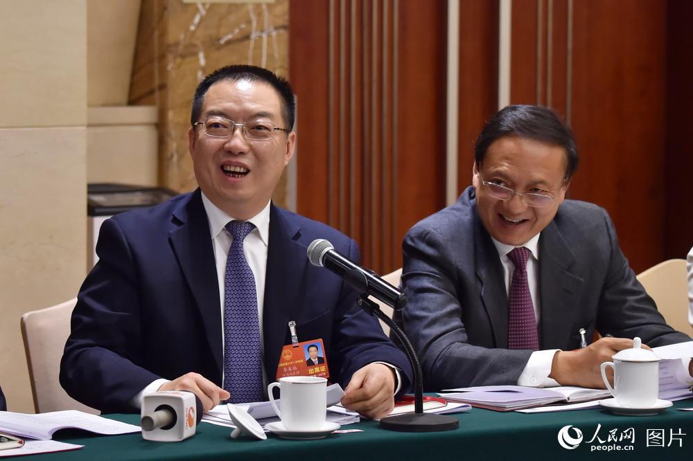 3月6日,在陕西代表团小组讨论会上,代表们在审议政府工作报告时各抒己见。(人民网记者 翁奇羽 摄)