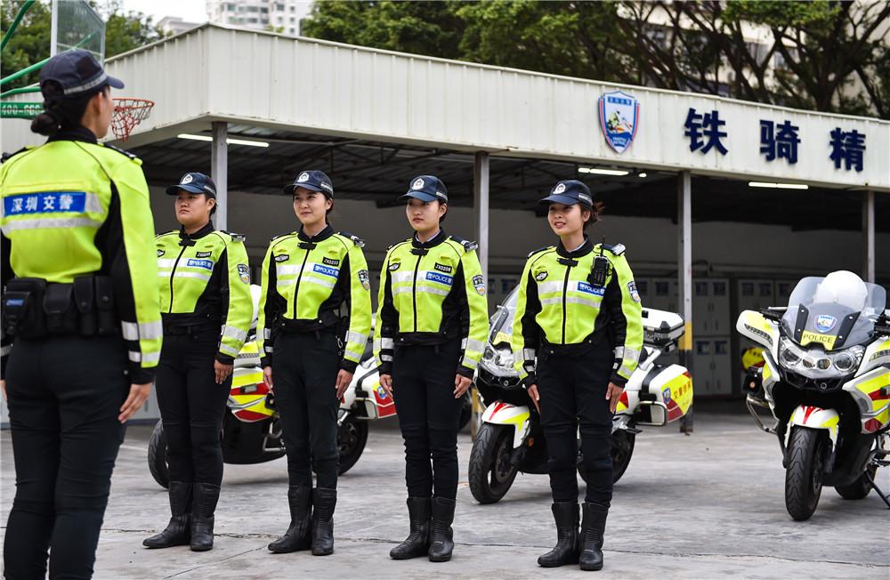 3月7日,深圳交警铁骑中队副中队长时春霞(左一)在出勤前向队员交代当日任务。